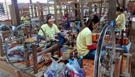 Angkor Silk Farm : silk workers