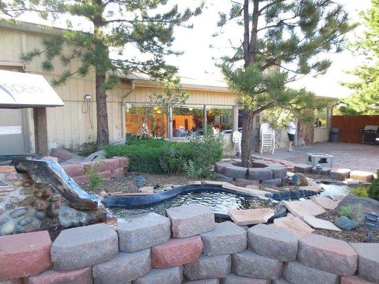 Hotel Aspen InnSuites Flagstaff / Grand Canyon: Gardens and breakfast room