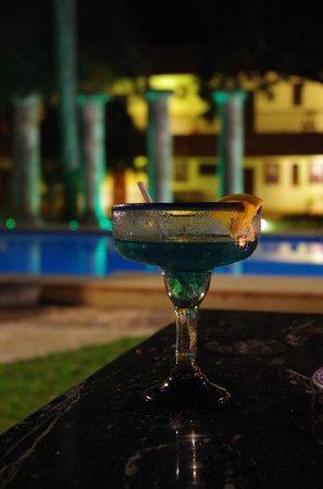Hotel Hacienda Uxmal Plantation & Museum: Un petit cocktail devant la piscine