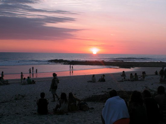 Blue Surf Sanctuary: Sunday night everyone gathers on the beach to watch the sunset