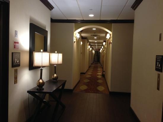 Hampton Inn & Suites Boynton Beach: Hallway on ground floor