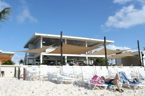 Comfort Suites Seven Mile Beach: royal palms restaurant and bar on a beach (>5min walk from hotel)