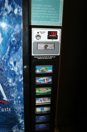 Comfort Suites Seven Mile Beach : vending machine in hotel