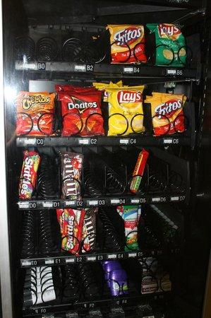 Comfort Suites Seven Mile Beach: vending machine