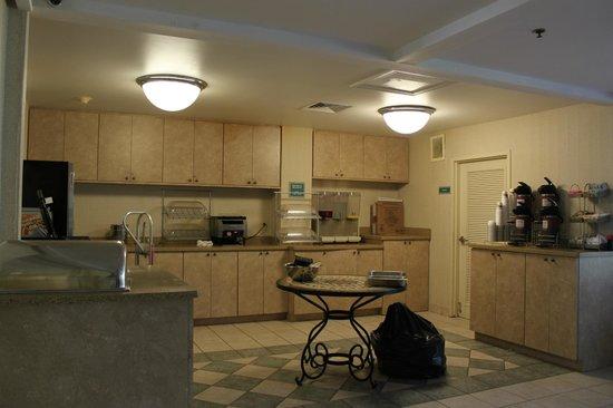 Comfort Suites Seven Mile Beach : after hours breakfast area