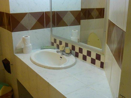 A A Pattaya Hotel: sink