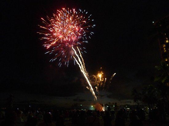 Friday Night Fireworks at Hilton Hawaiian Village Waikiki Beach Resort: ワイキキでの楽しみの一つ