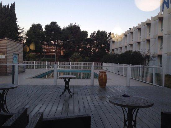 Novotel Narbonne Sud : Внутренний двор отеля в феврале