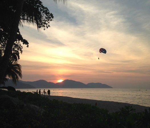 Shangri-La's Rasa Sayang Resort & Spa: Water activities during sunset