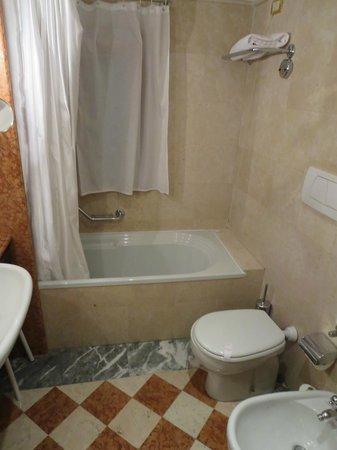 Hotel Antiche Figure: tub/shower