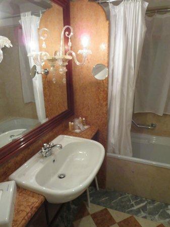 Hotel Antiche Figure: sink/shower