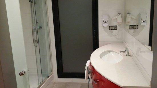AinB Sagrada Familia : Buen baño, sin bañera pero esta bien...