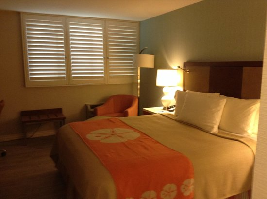 Best Western Plus Gateway Hotel Santa Monica: Newly remodeled room with blinds instead of curtain.