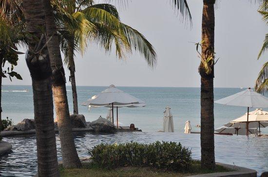Royal Muang Samui Villas: Beach view from hotel