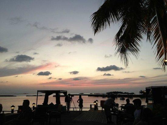 Sheraton Maldives Full Moon Resort & Spa: Bar at the beach