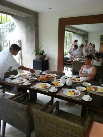 Kanishka Villas: Plenty of room to entertain.Staff bring it all in and set up for you.
