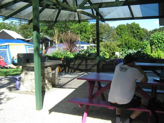 Fernwood Holiday Park: bbq area
