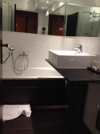 Badkamer standaard kamer is gerenoveerd - Foto van Van der Valk ...