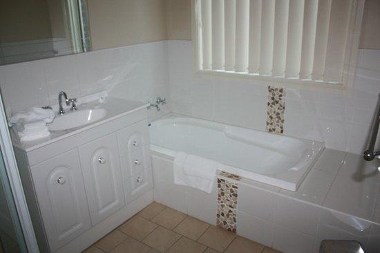 Colonial Court Villas Serviced Apartments: fresh clean large bathroom