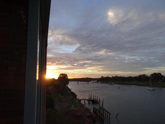 Burnett Riverside Motel: River view at sunset