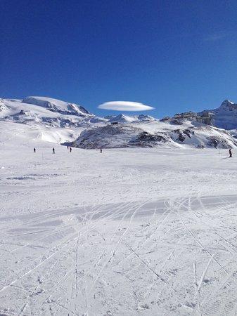 Hotel Miravidi : Lenticular Cloud Over Mountain