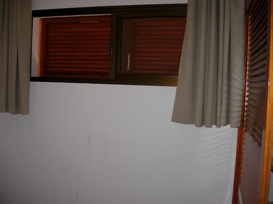 Apartamentos Albatros : room with shutters that cannot be opened