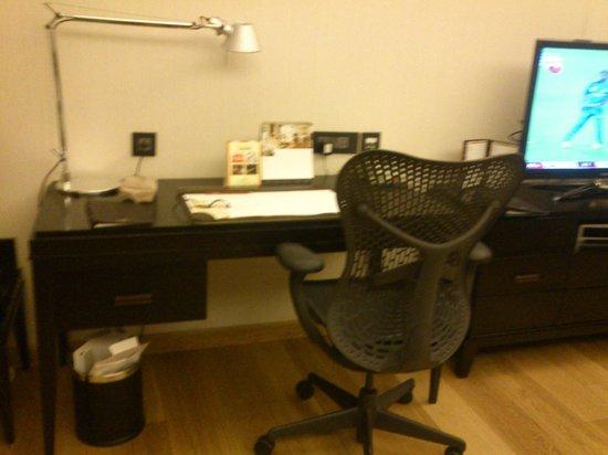 Fraser Suites New Delhi: Work Table