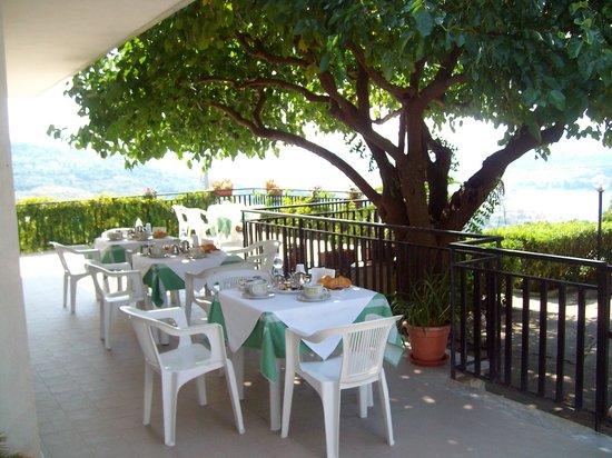 La Roccia B&B: colazione in terrazza