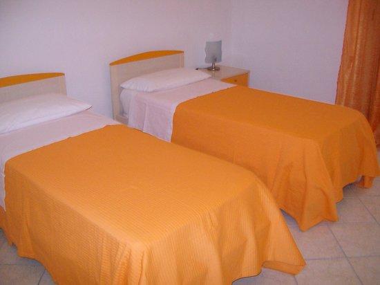 La Roccia B&B: camera arancione