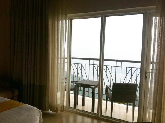 Taal Vista Hotel: balcony of premiere room lake wing