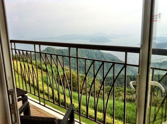 Taal Vista Hotel: morning view of taal volcano from the room