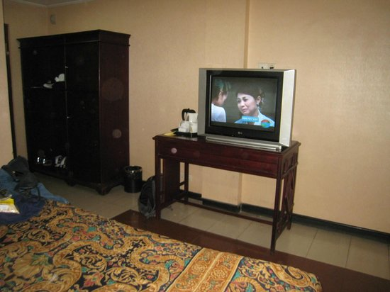 V3 (Veni Vidi Vici) Hotel: dated wardrobe and tv table