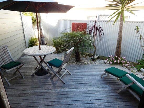 Tairua Shores Motel: Deck outside the room.