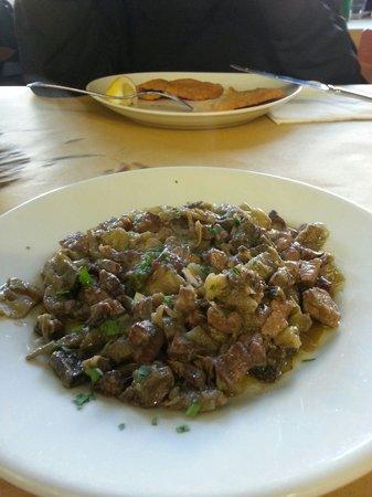 Osteria Bonelli: In primo piano coratella coi carciofi e sullo sfondo fettine panate di Bonelli