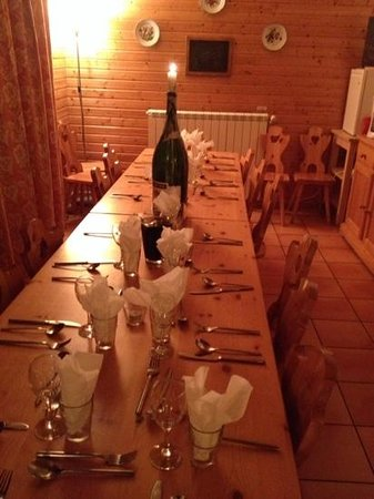 Chalet Les Sorbiers : dinner table
