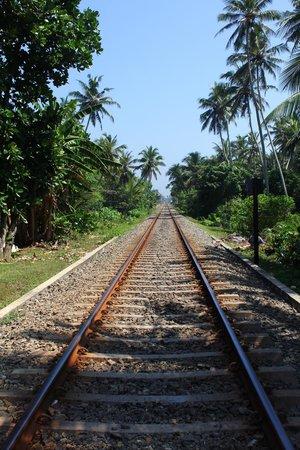 Villa de Zoysa: Train tracks outside front of hotel