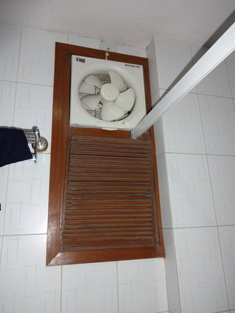 Hotel Hari Piorko: Exhaust Fan In Bathroom