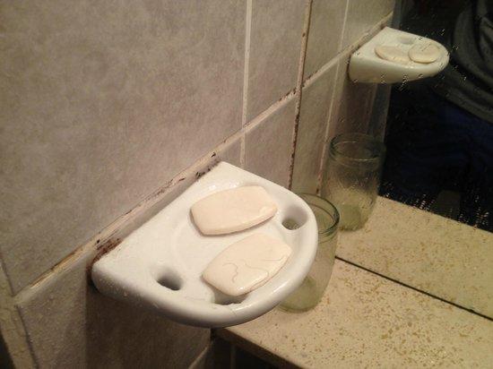 Hospedaje Wikter: mold in the bathroom