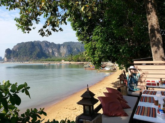 Krabi Tropical Beach Resort: Breakfast table and view