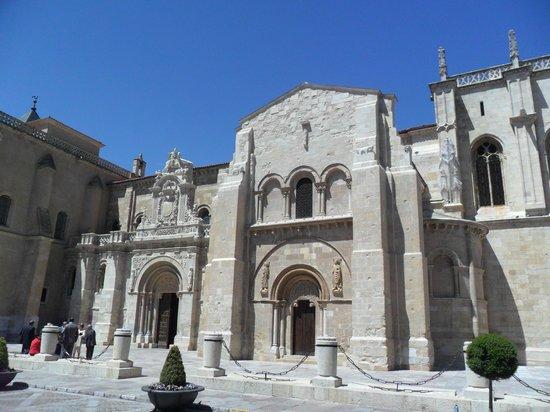 Basílica de San Isidoro y Panteón Real: Vista de la fachada de la Basílica de San Isidoro.