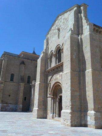 Basílica de San Isidoro y Panteón Real: Lateral de la basílica.