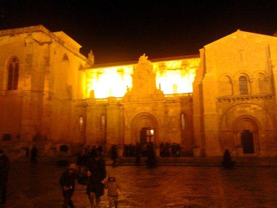 Basílica de San Isidoro y Panteón Real: Vista nocturna.