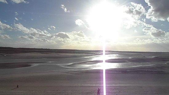 Les Tourelles : Une vue de la chambre au soleilcouchant et à marée montante