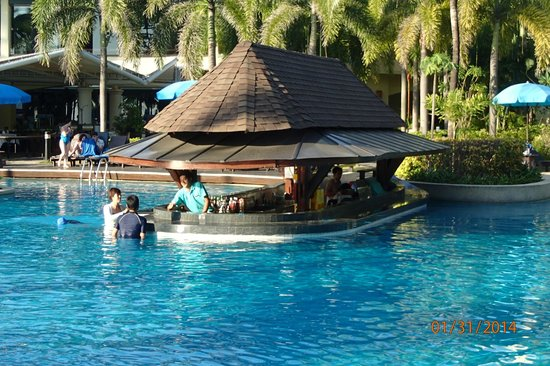 Phuket Marriott Resort & Spa, Merlin Beach: Happy hour i denne pool bar hver dag.