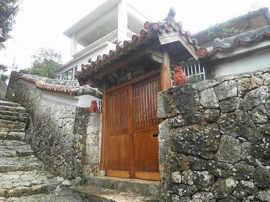 Shrikinjocho Stone-Path Road: 石畳沿いの風景