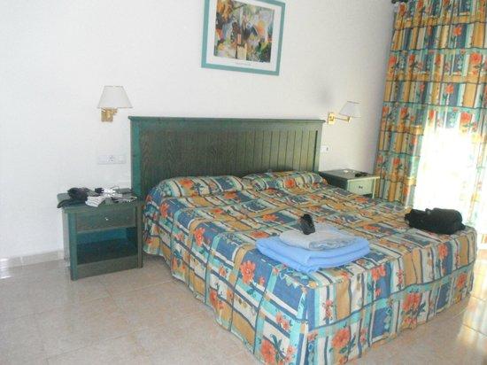 Oasis Village: La chambre spacieuse et lumineuse