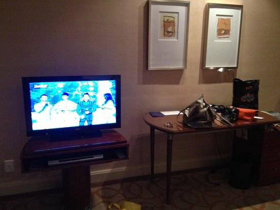 New World Manila Bay Hotel: TV and work desk