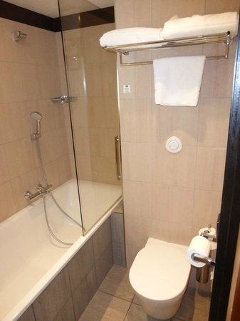 Courtyard by Marriott Paris Boulogne: Bathroom shower with glass wall.