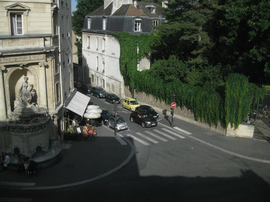 Timhotel Jardin des Plantes: View of Jardins des Plantes entrance from room