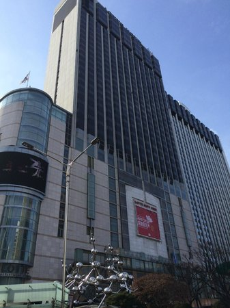 Lotte Hotel Seoul: View of Lotte from front of the hotel